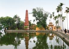 Tran Quoc Pagoda i den Hanoi staden, Vietnam arkivbilder