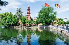 Tran Quoc Pagoda nas costas do lago ocidental, Hanoi imagens de stock