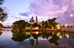 Tran Quoc pagodsolnedgång i hanoi, Vietnam arkivbild