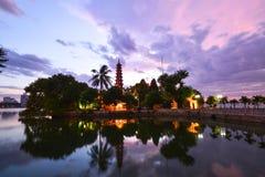 Tran Quoc pagodsolnedgång i hanoi, Vietnam arkivbilder