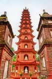 tran vietnam f?r hanoi pagodaquoc arkivfoton