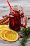 Tranbär och apelsin funderat vin med ingredienser Royaltyfri Bild