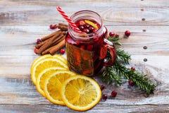 Tranbär och apelsin funderat vin med ingredienser Arkivbilder