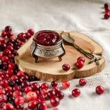 Tranbär och driftstopp i en silverkrus royaltyfri bild