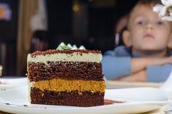 Tranche énorme de gâteau posé délicieux Photographie stock libre de droits