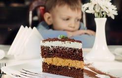 Tranche énorme de gâteau posé délicieux Images stock