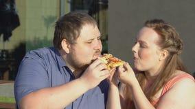 Tranche acérée de pizza de couples affectueux ensemble, de casse-croûte loisirs paresseux malsains dehors clips vidéos
