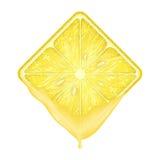 Tranche carrée de citron avec du jus frais Image libre de droits