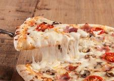 Tranche chaude de pizza Image stock