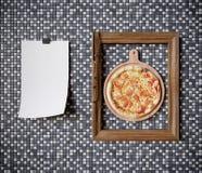 Tranche chaude de pizza avec du fromage de fonte avec la fin de concept de cadre vers le haut de la photo Images stock