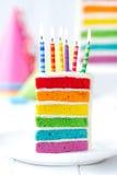 Tranche colorée de gâteau d'anniversaire Image stock