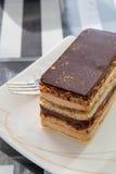 Tranche délicieuse de gâteau d'opéra d'un plat Photographie stock libre de droits