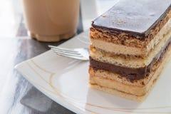 Tranche délicieuse de gâteau d'opéra d'un plat Photo libre de droits