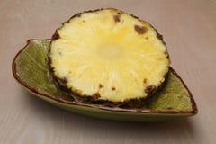 Tranche d'un ananas dans une cuvette Photo libre de droits