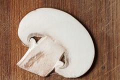 Tranche de champignon sur le conseil en bois Photographie stock