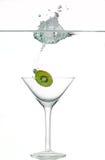Chaux éclaboussant en verre de vin photographie stock libre de droits