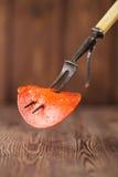 Tranche de chorizo de saucisse sur la fourchette de viande Image libre de droits