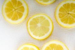Tranche de citron à l'arrière-plan de blanc de l'eau de bulle Vue supérieure Photos libres de droits