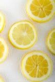 Tranche de citron à l'arrière-plan de blanc de l'eau de bulle Vue supérieure Images stock