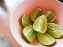 Tranche de citron dans le plat rose Photos stock