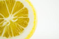 Tranche de citron frais d'isolement sur le fond blanc Photo stock