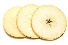 Tranche de fruit jaune de pomme d'isolement sur le fond blanc Image libre de droits