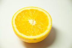 Tranche de fruit orange sur le fond blanc image stock