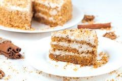 Tranche de gâteau à la carotte cuit au four de Pâques avec des raisins secs et Photographie stock