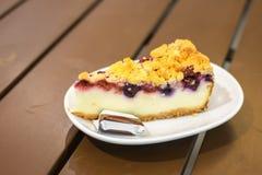 Tranche de gâteau au fromage de myrtille Photographie stock libre de droits