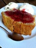 Tranche de gâteau avec de la confiture de framboise Photos libres de droits