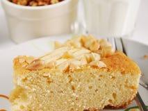 Tranche de gâteau avec des amandes et des pommes Photo libre de droits