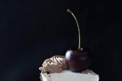 Tranche de gâteau avec la cerise sur le dessus Photo stock