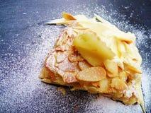 Tranche de gâteau avec les amandes et la crème photographie stock