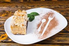 Tranche de gâteau décadent servie sur le plateau blanc photos libres de droits