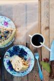 Tranche de gâteau délicieux avec la myrtille fraîche sur le backgroup en bois Morceau de gâteau de myrtille, morceau de gâteau du Photos libres de droits