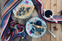 Tranche de gâteau délicieux avec la myrtille fraîche sur le backgroup en bois Morceau de gâteau de myrtille, morceau de gâteau du Images stock
