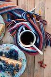 Tranche de gâteau délicieux avec la myrtille fraîche sur le backgroup en bois Morceau de gâteau de myrtille, morceau de gâteau du Photo stock