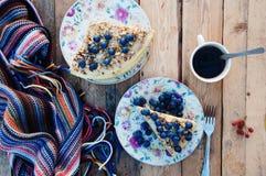 Tranche de gâteau délicieux avec la myrtille fraîche sur le backgroup en bois Morceau de gâteau de myrtille, morceau de gâteau du Images libres de droits