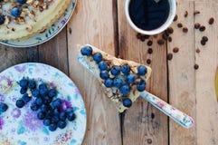 Tranche de gâteau délicieux avec la myrtille fraîche sur le backgroup en bois Morceau de gâteau de myrtille, morceau de gâteau du Photo libre de droits