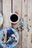 Tranche de gâteau délicieux avec la myrtille fraîche sur le backgroup en bois Morceau de gâteau de myrtille, morceau de gâteau du Image libre de droits