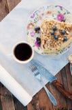 Tranche de gâteau délicieux avec la myrtille fraîche sur le backgroup en bois Morceau de gâteau de myrtille, morceau de gâteau du Image stock