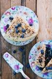 Tranche de gâteau délicieux avec la myrtille fraîche sur le backgroup en bois Morceau de gâteau de myrtille, morceau de gâteau du Photographie stock