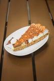 Tranche de gâteau d'amande dans le plat blanc Image stock