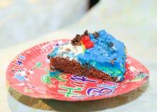 Tranche de gâteau d'anniversaire Photographie stock