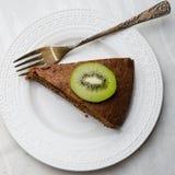 Tranche de gâteau de chocolat avec le buttercream Images libres de droits