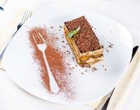 Tranche de gâteau de chocolat de plat avec le contour de fourchette photographie stock