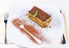 Tranche de gâteau de chocolat de plat avec le contour de fourchette Photo stock