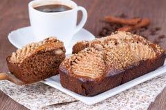 Tranche de gâteau de miel fait maison avec des poires Image stock
