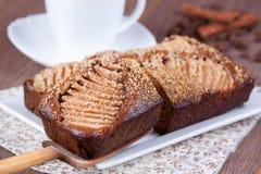 Tranche de gâteau de miel fait maison avec des poires Photos stock
