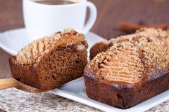Tranche de gâteau de miel fait maison avec des poires Photographie stock libre de droits